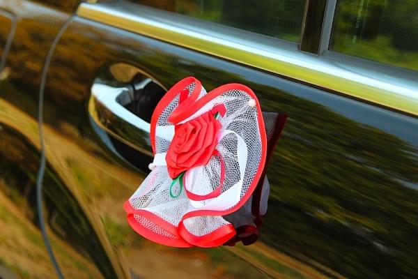 Красно-белая композиция из роз